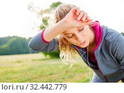 Erschöpfte Frau nach dem Workout schwitzt und holt Atem. Стоковое фото, фотограф Zoonar.com/Robert Kneschke / age Fotostock / Фотобанк Лори