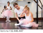 Trainer supporting little upset girl. Стоковое фото, фотограф Яков Филимонов / Фотобанк Лори
