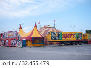 Купить «Russia, Blagoveshchensk, July 2019: tent circus tent in the city of Blagoveshchensk in the summer», фото № 32455479, снято 13 июля 2019 г. (c) Катерина Белякина / Фотобанк Лори