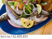 Stewed whiting with baked potatoes, asparagus, tomatoes, snow peas. Стоковое фото, фотограф Яков Филимонов / Фотобанк Лори