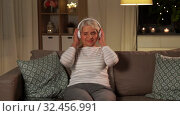 Купить «senior woman in headphones listening to music», видеоролик № 32456991, снято 18 ноября 2019 г. (c) Syda Productions / Фотобанк Лори