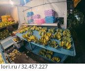 Banan on the market food, market, fresh, healthy, shop, background, banan, delicious, green, yellow, farm, tropical, banane, vegetable, vegetarian, red, yummy, banana, color, bananas. Стоковое фото, фотограф Aleksejs Bergmanis / Фотобанк Лори