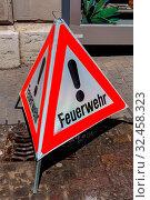 Schild als Warnung für einen Einsatz der Feuerwehr. Стоковое фото, фотограф Zoonar.com/Erwin Wodicka / age Fotostock / Фотобанк Лори