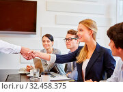 Gratulation mit Handschlag im Team im Business Seminar. Стоковое фото, фотограф Zoonar.com/Robert Kneschke / age Fotostock / Фотобанк Лори