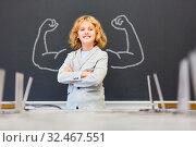 Starker Junge in Schule mit Muskeln an der Tafel im Unterricht. Стоковое фото, фотограф Zoonar.com/Robert Kneschke / age Fotostock / Фотобанк Лори