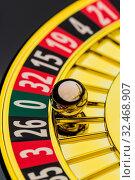 Der Zylinder eines Roulette Glücksspiel in einem Spielkasino. Gewinn und Verlust wird durch Zufall entschieden. Zahl Null, alles verloren. Стоковое фото, фотограф Zoonar.com/Erwin Wodicka - wodicka@aon.at / age Fotostock / Фотобанк Лори