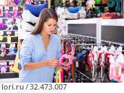 Young woman choosing accessories in petshop. Стоковое фото, фотограф Яков Филимонов / Фотобанк Лори