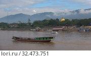 Купить «Вид на лаосский берег реки Меконг облачным днем. Юго-Восточная Азия», видеоролик № 32473751, снято 18 декабря 2018 г. (c) Виктор Карасев / Фотобанк Лори