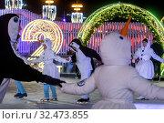 Купить «Молодые люди в карнавальных костюмах снеговиков и пигвинов водят хоровод на катке на ВДНХ в городе Москве, Россия», фото № 32473855, снято 22 ноября 2019 г. (c) Николай Винокуров / Фотобанк Лори