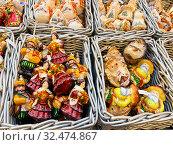 Купить «Плетеные корзинки с елочными игрушками  в ГУМе в Москве», фото № 32474867, снято 22 ноября 2019 г. (c) Овчинникова Ирина / Фотобанк Лори