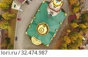 Купить «Золотые купола Свято-Троицкой церкови. Вид сверху. Нижний Тагил. Россия», видеоролик № 32474987, снято 13 июля 2020 г. (c) Евгений Ткачёв / Фотобанк Лори
