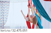 Купить «Aerial yoga - two athletic women having a training in the bright spacious studio», видеоролик № 32475051, снято 9 декабря 2019 г. (c) Константин Шишкин / Фотобанк Лори