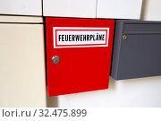 In einem Schrank in einem Hauseingang befinden sich die Pläne für die Feuerwehr im Notfall. Стоковое фото, фотограф Zoonar.com/Erwin Wodicka / age Fotostock / Фотобанк Лори