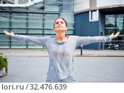 Junge sportliche Frau macht eine Atemübung in der Stadt. Стоковое фото, фотограф Zoonar.com/Robert Kneschke / age Fotostock / Фотобанк Лори
