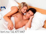 Paar hat Spass im Bett. Lachen, Freude und Erotik im Schlafzimmer. Стоковое фото, фотограф Zoonar.com/Erwin Wodicka / age Fotostock / Фотобанк Лори