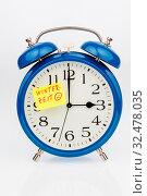 Ein Wecker mit einem Zettel zur Erinnerung auf die Uhrumstellung zurWinterzeit. Стоковое фото, фотограф Zoonar.com/Erwin Wodicka / age Fotostock / Фотобанк Лори