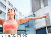Sportliche Frau macht Atemübung zur Entspannung in der Stadt. Стоковое фото, фотограф Zoonar.com/Robert Kneschke / age Fotostock / Фотобанк Лори
