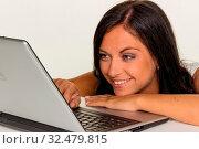 Eine junge Frau mit einem Laptop Computer. Symbol Foto für Kommunikation und moderne Medien. Стоковое фото, фотограф Zoonar.com/Erwin Wodicka / age Fotostock / Фотобанк Лори