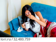 Eine junge Frau liegt mit Grippe im Bett und hat Fieber. Стоковое фото, фотограф Zoonar.com/Erwin Wodicka / age Fotostock / Фотобанк Лори