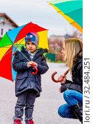 Mutter und Kind mit Regenschirm, Symbol für Solidarität, Hilfe, Hilfspaket, Rettungsschirm, Стоковое фото, фотограф Zoonar.com/Erwin Wodicka / age Fotostock / Фотобанк Лори