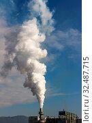 Aus einem rauchenden Schlote qualmt weißer Smog. Стоковое фото, фотограф Zoonar.com/Erwin Wodicka / age Fotostock / Фотобанк Лори