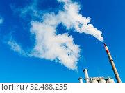 Schlot eines Industriebetriebes mit starkem Rauch. Symbolfoto für Umweltschutz und Ozon. Стоковое фото, фотограф Zoonar.com/Erwin Wodicka - wodicka@aon.at / age Fotostock / Фотобанк Лори