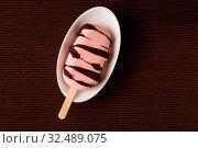 Selbstgemachtes frisches Eis am Stiel mit Erdbeereis und Schokolade als Glasur von oben. Стоковое фото, фотограф Zoonar.com/Robert Kneschke / age Fotostock / Фотобанк Лори