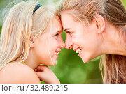 Купить «Glückliche Mutter und Tochter schauen sich tief in die Augen im Grünen», фото № 32489215, снято 31 мая 2020 г. (c) age Fotostock / Фотобанк Лори