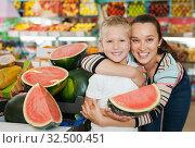 Купить «boy with his mother choosing fresh watermelon», фото № 32500451, снято 20 апреля 2019 г. (c) Яков Филимонов / Фотобанк Лори