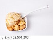 Erdnusseis mit gerösteten Erdnüssen und einem weißen Löffel. Стоковое фото, фотограф Zoonar.com/Robert Kneschke / age Fotostock / Фотобанк Лори