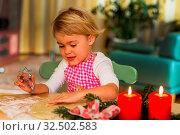 Kind backen für Weihnachten Kekse. Plätzchen für die Adventzeit. Стоковое фото, фотограф Zoonar.com/Erwin Wodicka / age Fotostock / Фотобанк Лори