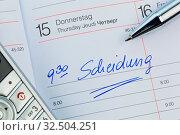 Купить «Ein Termin ist in einem Kalender eingetragen: Scheidung», фото № 32504251, снято 8 июля 2020 г. (c) age Fotostock / Фотобанк Лори