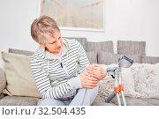 Ältere Frau mit Krücken hat eine Verletzung am Knie und Schmerzen. Стоковое фото, фотограф Zoonar.com/Robert Kneschke / age Fotostock / Фотобанк Лори