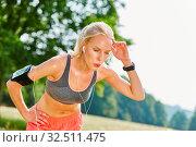 Junge Frau nach dem Jogging Training ist erschöpft und ringt um Atem. Стоковое фото, фотограф Zoonar.com/Robert Kneschke / age Fotostock / Фотобанк Лори