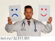 Ein Arzt kann sich nicht entscheiden ob er weinen oder lachen soll. Стоковое фото, фотограф Zoonar.com/Erwin Wodicka / age Fotostock / Фотобанк Лори
