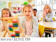Купить «Schüler lernen mit dem Abakus rechnen in der Mathe Klasse der Grundschule», фото № 32512159, снято 5 августа 2020 г. (c) age Fotostock / Фотобанк Лори