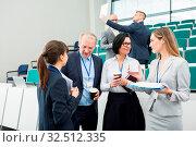 Gruppe junger und älterer Geschäftsleute reden miteinander in einer Konferenz Pause. Стоковое фото, фотограф Zoonar.com/Robert Kneschke / age Fotostock / Фотобанк Лори