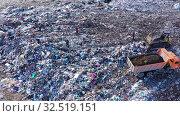 Купить «Вид сверху на огромную свалку токсичных и бытовых отходов. Проблема загрязнения окружающей среды», видеоролик № 32519151, снято 7 декабря 2019 г. (c) Евгений Ткачёв / Фотобанк Лори