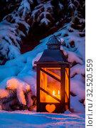 Купить «Eine Laterne leuchtet im Schnee zu Weihnachten. Romantisches Licht an einem Abend im Winter. Stille und Ruhe», фото № 32520559, снято 25 мая 2020 г. (c) age Fotostock / Фотобанк Лори