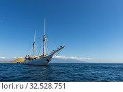 MSV Katharina, a 38 meter wooden pinisi ship (a traditional Indonesian sailing ship) at anchor at Gili Kenawa, of the coast of Sumbawa, Indonesia. Стоковое фото, фотограф Wolfgang Kaehler / age Fotostock / Фотобанк Лори