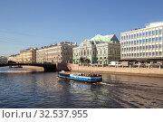 Купить «Прогулочный кораблик с туристами на Фонтанке, Санкт-Петербург», фото № 32537955, снято 18 апреля 2019 г. (c) Юлия Бабкина / Фотобанк Лори