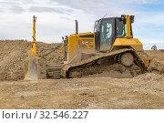 Yellow bulldozer at a loamy construction site. Стоковое фото, фотограф Zoonar.com/PRILL Mediendesign Fotografie / easy Fotostock / Фотобанк Лори