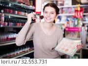 Купить «Customer looking for bright pillow», фото № 32553731, снято 21 февраля 2017 г. (c) Яков Филимонов / Фотобанк Лори