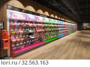 Candy shop with long stall with candy bundle and premium sweets is in Itakeskus (Itis) shopping mall. Store with self-service checkout system (2019 год). Редакционное фото, фотограф Кекяляйнен Андрей / Фотобанк Лори