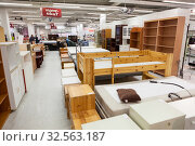 Salesroom of the Punainen Risti second-hand shop or Kontti. Used furniture is on sale. Store operated by the Finnish Red Cross. Helsinki, Finland (2019 год). Редакционное фото, фотограф Кекяляйнен Андрей / Фотобанк Лори