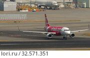 Купить «Airbus A320 turn ranway before departure from International Airport, Hong Kong», видеоролик № 32571351, снято 10 ноября 2019 г. (c) Игорь Жоров / Фотобанк Лори