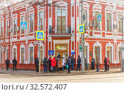 Russia, Samara, March 2017: unemployed people stand at the entrance to the labor exchange, to look for work. Text in Russian: employment center of the population. Редакционное фото, фотограф Акиньшин Владимир / Фотобанк Лори