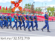 Russia, Samara, May 2017: a military unit of airborne paratroopers in parade uniform with a flag marching along the Kuibyshev Square. Spring sunny day. Victory Day. Редакционное фото, фотограф Акиньшин Владимир / Фотобанк Лори