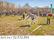 Купить «Russia, Samara, April 2017: children's relay race, together with their parents for the opening of the bike season in the city park on a spring sunny day.», фото № 32572855, снято 29 апреля 2017 г. (c) Акиньшин Владимир / Фотобанк Лори