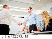 Gratulation per Handschlag zwischen erfolgreichen Geschäftsleute. Стоковое фото, фотограф Zoonar.com/Robert Kneschke / age Fotostock / Фотобанк Лори